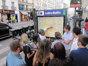 Photo: Wayfinding on the rue du Faubourg Saint-Antoine.