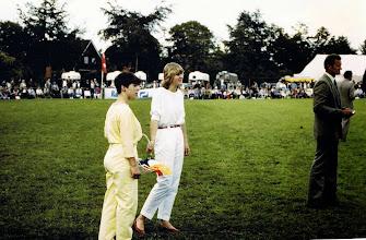 Photo: Janna Vedder en Hilda Fidder, concours hippique rechts Marchienus Jobing