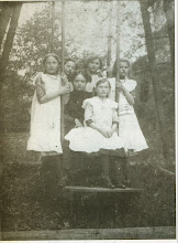 Photo: Siostry H. Mullera, prawdopodobnie w ogrodzie dworu w Kornowacu.