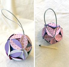 Photo: Glob mic origami cartoane diferite, piese standardizate, agăţătoare din panglica albă cu buline roşii, Dimensiuni 4,2 cm x 4,2 cm realizat de Maia Martin Se poate folosi la decorarea casei de sărbători, la decorarea bradului de Crăciun, ca mărturii nuntă, mărturii botez Preţ: 8 lei În stoc: 1 bucată  http://dekoratiuni.blogspot.ro/2014/05/glob-mic-origami.html
