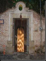 puerta miesteriosa con rubia en la puerta