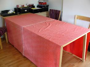 Photo: Eerst de achtergrond-stof glad op tafel, verkeerde kant naar boven