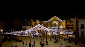 Luces de navidad en la plaza del Ayuntamiento de Carboneras
