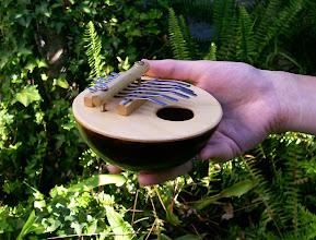 Photo: Kalimba pentatónica de seis flejes, afinada en Do Mayor.