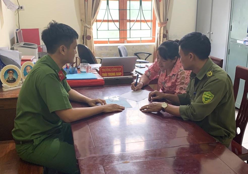 Công an xã Thạch Ngàn hướng dẫn nhân dân ký cam kết không vi phạm pháp luật