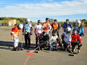 Photo: Arrivée à la base nature à temps pour prendre une photo de groupe des hockeyeurs...
