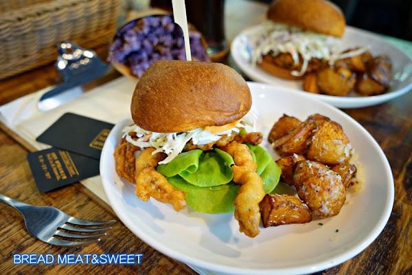 美式漢堡新吃法!BREAD MEAT&SWEET:酥炸軟殼蟹漢堡上桌,BBQ手撕豬肉堡也好吃。
