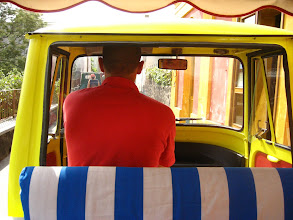 Photo: Triportör taksi şöförü.  Taxi driver of a three wheeler.