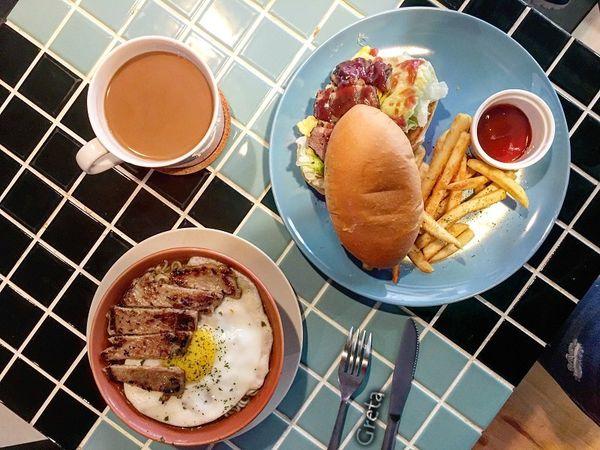鴛鴦早午茶 流沙西多士內餡緩緩順延而下_板橋巷弄決不能錯過的港式早午餐