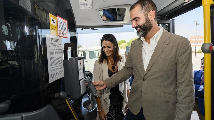 Ramón Fernández-Pacheco junto Mª del Mar García Lorca pagando con el móvil