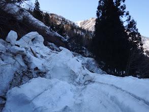 林道の雪崩跡を越える