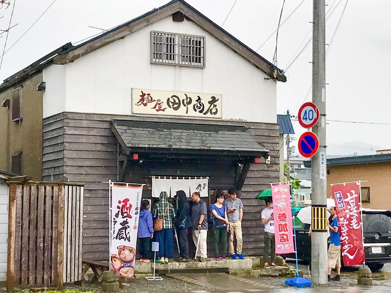 麺屋田中商店で順番を待つ人々(撮影:阿部)