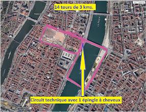 Photo: Et nous voici donc à Lyon. Le circuit fait un peu moins de 3 kms, et il faut donc le boucler 14 fois pour le marathon. Le revêtement est variable, de plus en plus usé avec quelques trous, mais globalement correct. Le parcours est en sens anti-conventionnel avec des tournants à angle droit, sauf un qui est une épingle à cheveux qui se passe plutôt bien car en haut de la montée du tunnel donc avec peu de vitesse.
