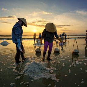 Working on salt field by Thảo Nguyễn Đắc - People Professional People