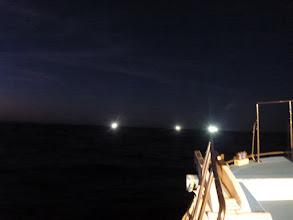 Photo: 近くでは「イカ釣り」の船がギンギンに灯を焚いてます!