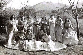 """Photo: """"Chicas"""" con trajes de papel. 1953"""