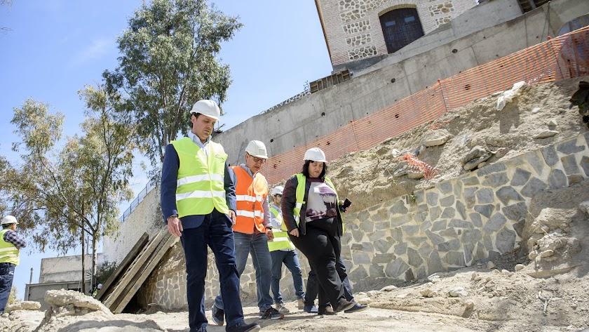 Visita del vicepresidente de la Diputación (en primer término) y el alcalde, a las obras.