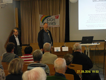 Joachim Willmann begrüßt Matin Baraki.JPG