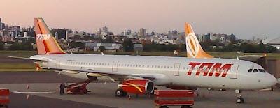Avião da TAM pousado no Aeroporto Salgado Filho Porto Alegre