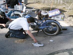Photo: Varamoottori esiin ja vaihtotyöt porukalla käyntiin.