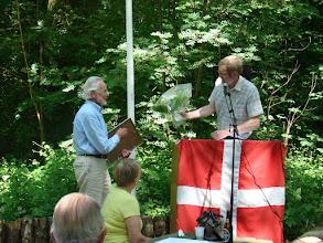 Photo: Ib Møller modtager prisen af forman Jørgen Bak