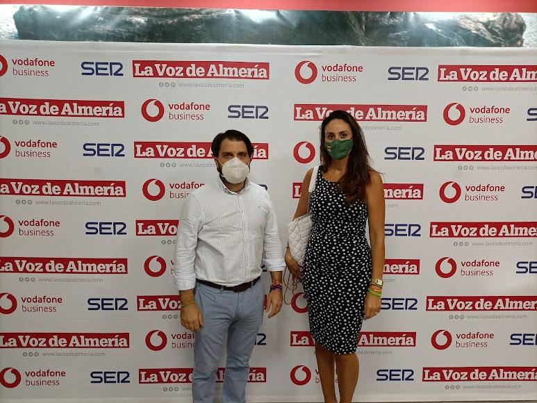 El portavoz de Vox en el Ayuntamiento de Almería, Juan Francisco Rojas, y la vicepresidente de Vox Almería, Manuela Martín.