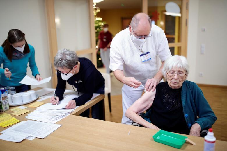 An elderly woman receives the Pfizer-BioNTech coronavirus vaccine at a nursing home in Burgbernheim, Germany, December 28. REUTERS/Hannibal Hanschke