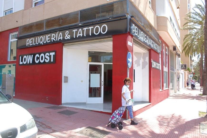 Peluquería y Tatoo Low Cost, ubicada en la Avenida Cabo de Gata.