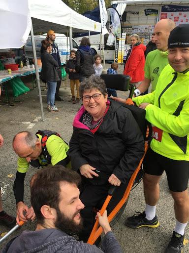 Christine entourée de Keryan et des membres de l'association CAPHG, grâce à qui nous avons pu avoir la joëlette