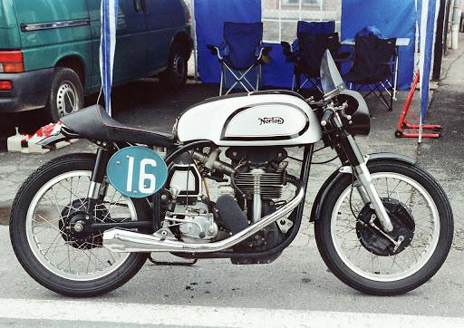 Norton Manx entretenue chez Machines et Moteurs le spécialiste des motos Anglaises classiques.