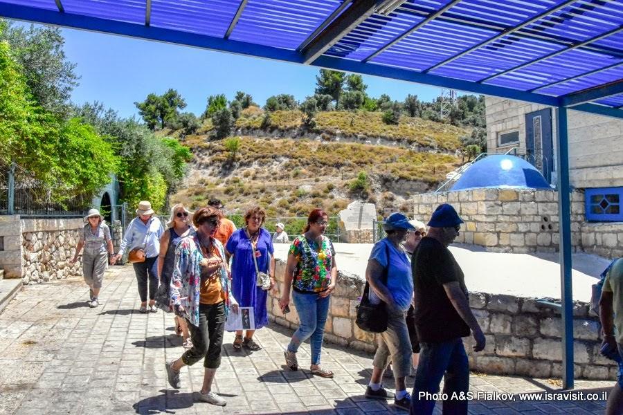 Традиционный обход могилы Раввина  Иегуды Бар Илая семь раз против часовой стрелки. Экскурсия в Израиле.