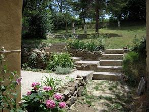 Photo: Trappetjes in de tuin naar de verschillende terrassen