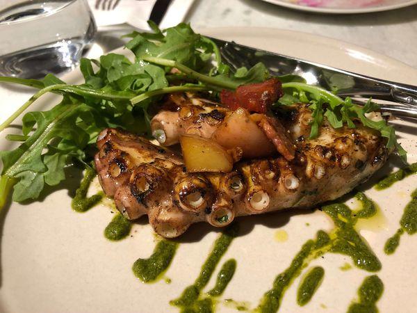 迷路小章魚餐酒館 超棒的生火腿煎干貝沙拉 讓人嘴巴酸的火烤章魚腳 慢慢品嘗才能體會奧妙的鴨腿燉飯
