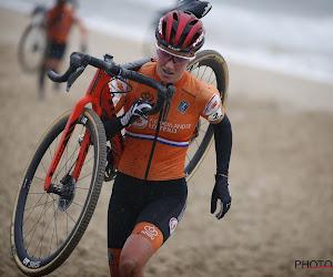 """Annemarie Worst rijdt beste cross van het seizoen maar betreurt contact: """"Ik ben er niet blij mee, het kost me de titel"""""""