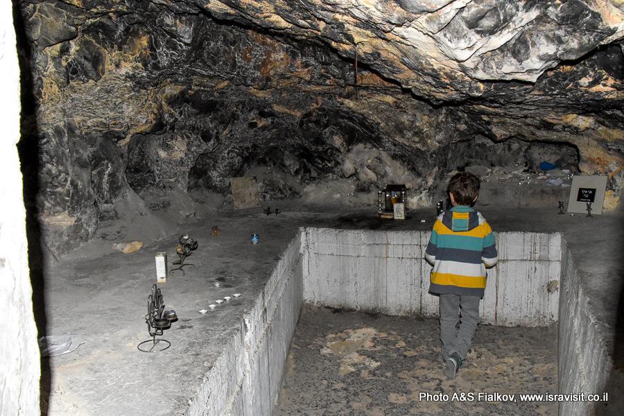 Пещера на могиле Хони Ха-Меагель, еврейского мудреца и чудотворца
