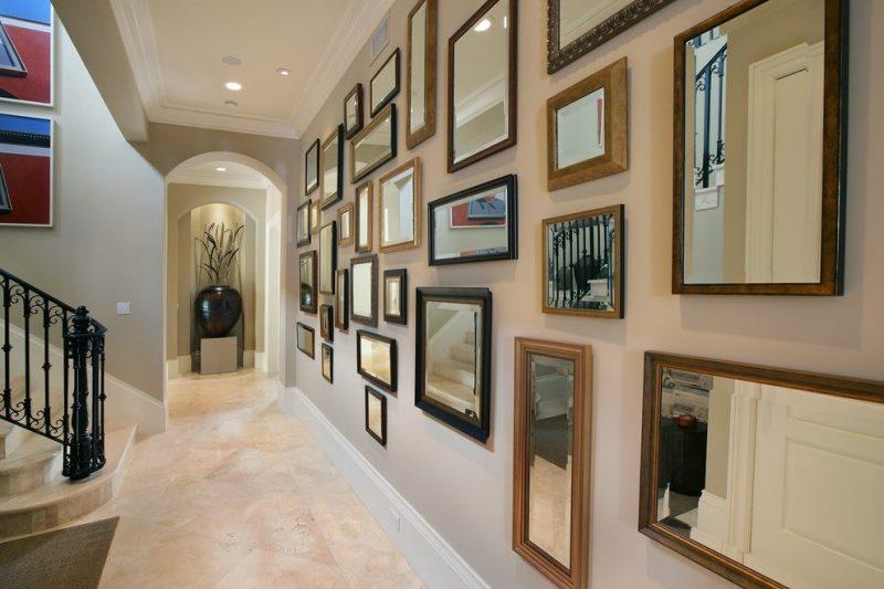 Sử dụng nhiều loại tranh ảnh để trang trí hành lang trong nhà