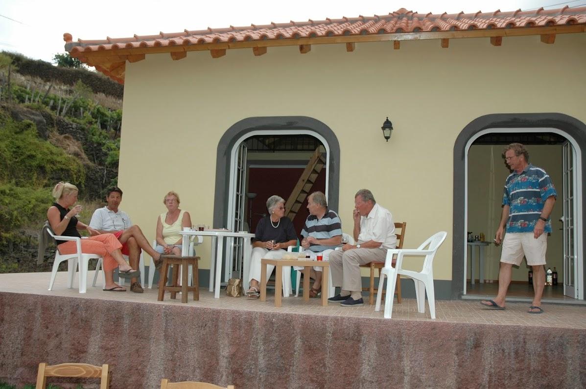 Borrel met Madeleine en haar ouders, op het terras vana 'ons' vakantiehuisje. De kozijnen zijn er nu.