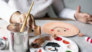 Una alumna asiste a una actividad extraescolar de pintura, con la cual se fomenta la creatividad y, por supuesto, su autonomía y autoestima.