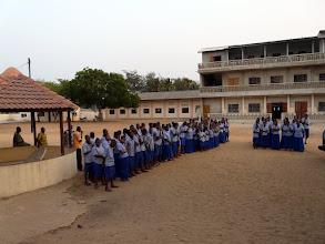 Photo: il dirige un pensionnat où nous fournissons lits et matelas, manuels scolaires, matériel didactique et sportif