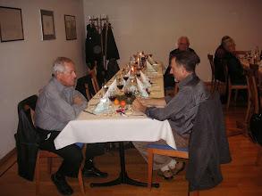 Photo: Verschiedene Ehrenmitglieder und  Partnerinnen und Partner sind anwesend. Links Kurt Sparr rechts Kurt Wullschleger hinten am gleichen Tisch Paul Lüdi