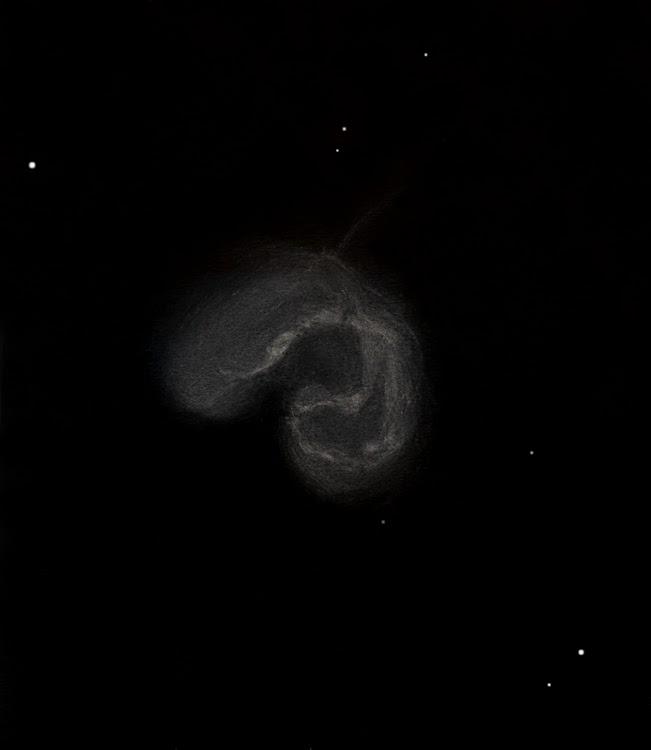 """Photo: NGC 4038, """"les antennes"""", est un objet composé de deux galaxies en collision, d'où la structure en deux lobes. Dessin fait au T406 à 195x et 390x pour le détail, au CAV le 8 avril 2011. On perçoit le départ d'une des deux antennes."""