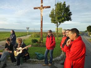 """Photo: Wir singen zum Abschluß der Andacht den Kanon """"Lobet und Preiset"""" mit Gitarre und Ukulele."""
