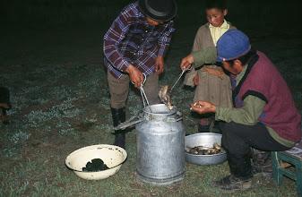 Photo: 03281 ハドブルグ家/ホルホック/牛乳缶に少量の水や塩を入れ、小分けにした肉と焼石を入れる。ゴムパッキンの付いた蓋で密閉してバーナーなどで加熱する。