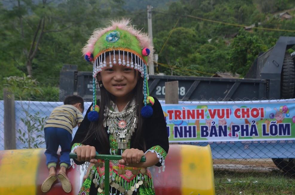 Một em nhỏ người dân tộc Mông thích thú với một trò chơi tại khu vui chơi thanh thiếu niên tại  UBND xã Tam Hợp.