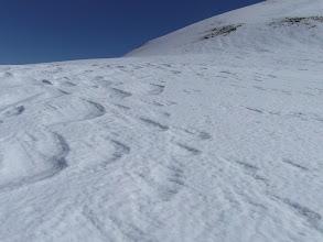 Photo: Nieve ideal para crampones. Al fondo la ladera de subida al Caballo.