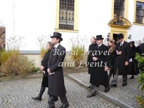 Photo: first row: the new Fürst Otto with his mother Fürstin Maria, behind them Prince Dominik and Princess Olga zu Löwenstein-Werthjeim-Rosenberg, behind them Count Anton and Countess Anna zu Castell-Rüdenhausen