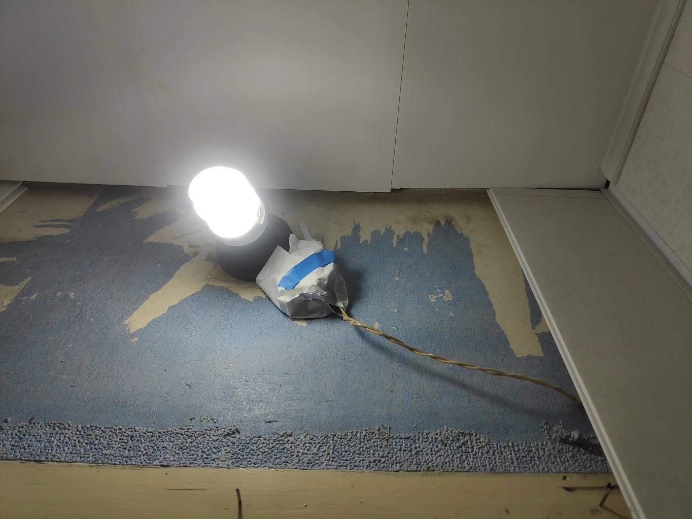 Обмотанное изолентой - датчик движения в туалете