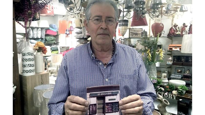 Juan Muñoz Martínez, con una foto de la primera tienda, acaba de cumplir 65 años.