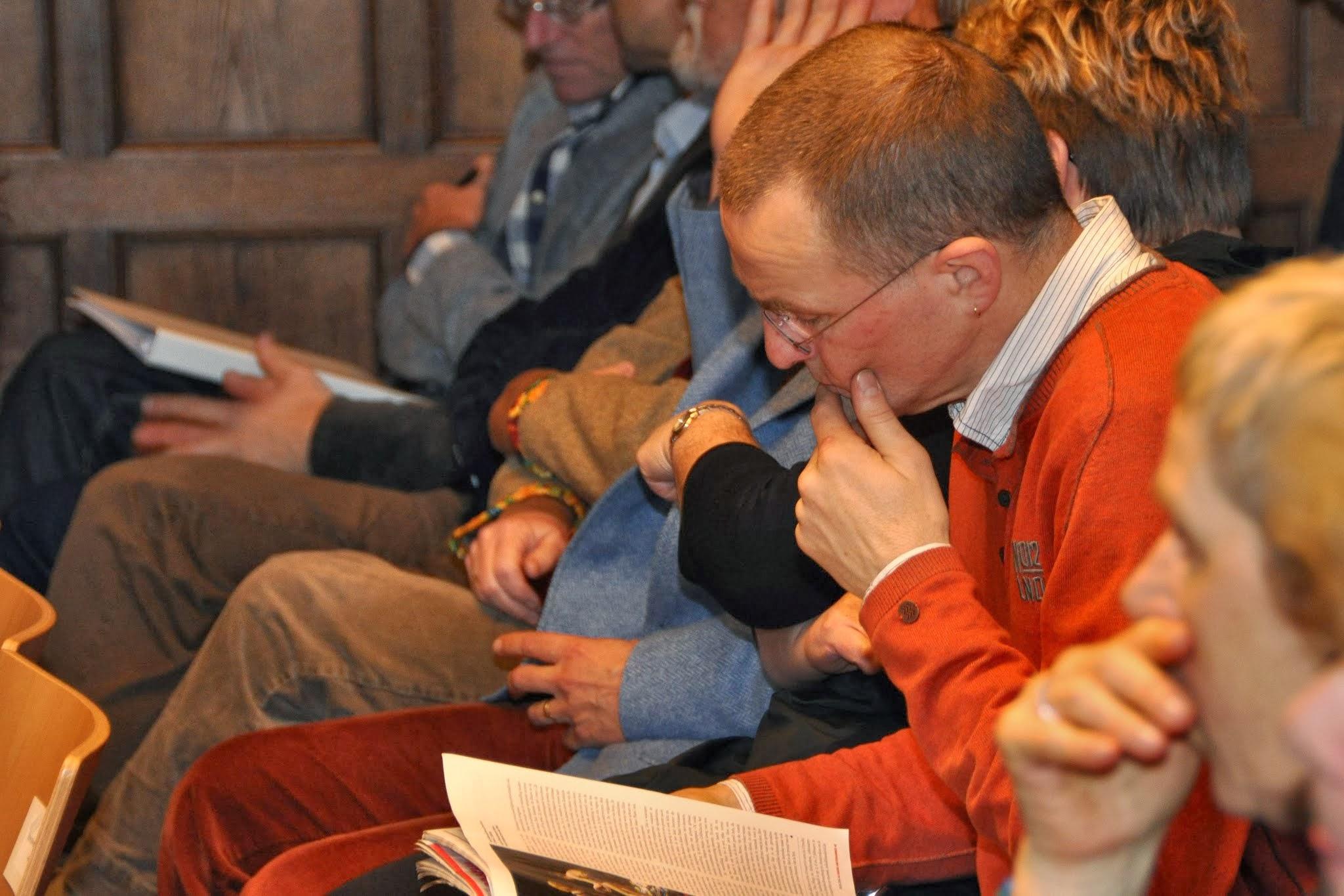 Photo: Kees van der Zwaard (docent 7evende Hemel), met anderen in afwachting van wat komen gaat.