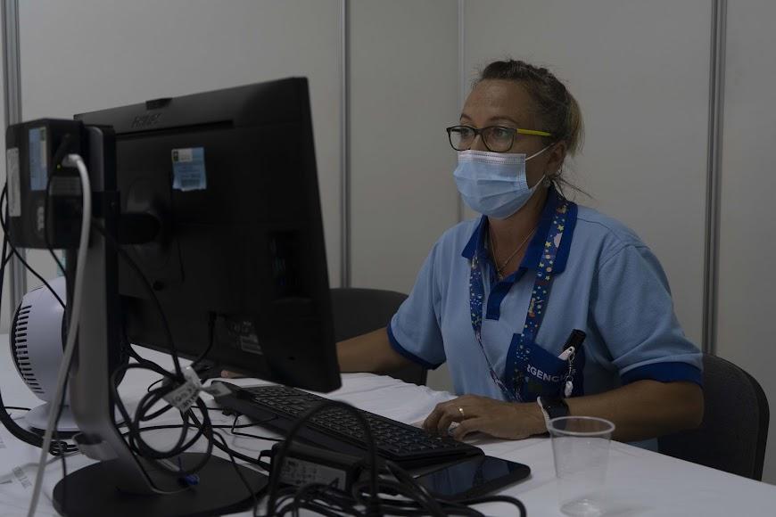 Una sanitaria delante de un ordenador.